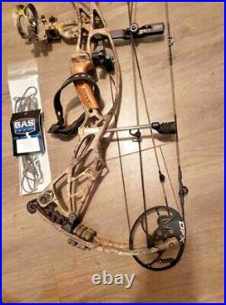 HOYT DEFIANT 30 BOW right hand 28-30 70LB new strings LOADED